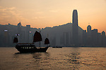 People's Republic of China, Hong Kong: Aqua Luna Junk boat in Victoria harbour with Hong Kong skyline at sunset | Volksrepublik China, Hongkong: die Aqua Luna Dschunke im Victoria Harbour vor der Skyline Hongkongs im Sonnenuntergang