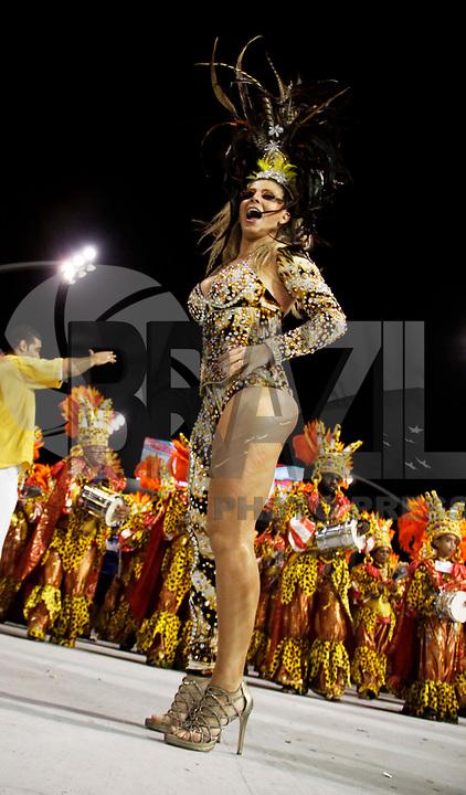 SÃO PAULO, SP, 04 DE MARÇO DE 2011 - CARNAVAL 2011 / ACADÊMICOS DO TUCURUVI - A madrinha da baterial da escola de samba Academicos do Tucuruvi, Sheila Mello durante desfile do Grupo Especial na noite desta sexta-feira (4), no Sambódromo do Anhembi região norte da capital paulista. (FOTO: WILLIAM VOLCOV / NEWS FREE).