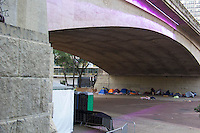 SÃO PAULO, SP, 30.06.2016 - CLIMA-SP - Duas tendas são montadas no Vale do Anhangabaú, região central de São Paulo (SP), com a finalidade de abrigar moradores de rua. (Foto: Adailton Damasceno/Brazil Photo Press)