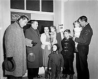 Saint-George Cote, animateur et annonceur de radio CKVC de  Quebec apporte son aide aux sinistres en recoltant des dons en onde, Decembre 1959 (date exacte inconnue)<br /> <br /> PHOTO : Agence Quebec Prese