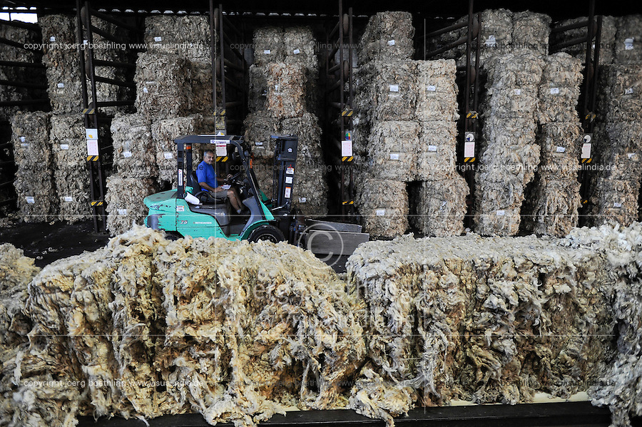 URUGUAY Verarbeitung von Merino Schafswolle bei Lanas Trinidad S.A. , Anlieferung und Sortierung der Wolle / .URUGUAY city Trinidad, company Lanas Trinidad  S.A. processing of Merino sheep wool