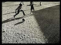 Fluechtlingskinder beim Fussball in dem Fluechtlingscamp Arin Mirxan nahe der Ortschaft Suruc im tuerkischen Grenzgebiet zu Syrien. Hier leben ca. 250 Menschen, die vor dem Krieg des IS gegen die Kurden in dem Kurdengebiet Rojava von Syrien aus in die Tuerkei geflohen sind.<br /> 17.10.2015, Suruc/Tuerkei<br /> Copyright: Christian-Ditsch.de<br /> [Inhaltsveraendernde Manipulation des Fotos nur nach ausdruecklicher Genehmigung des Fotografen. Vereinbarungen ueber Abtretung von Persoenlichkeitsrechten/Model Release der abgebildeten Person/Personen liegen nicht vor. NO MODEL RELEASE! Nur fuer Redaktionelle Zwecke. Don't publish without copyright Christian-Ditsch.de, Veroeffentlichung nur mit Fotografennennung, sowie gegen Honorar, MwSt. und Beleg. Konto: I N G - D i B a, IBAN DE58500105175400192269, BIC INGDDEFFXXX, Kontakt: post@christian-ditsch.de<br /> Bei der Bearbeitung der Dateiinformationen darf die Urheberkennzeichnung in den EXIF- und  IPTC-Daten nicht entfernt werden, diese sind in digitalen Medien nach §95c UrhG rechtlich geschuetzt. Der Urhebervermerk wird gemaess §13 UrhG verlangt.]