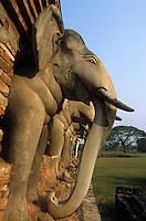 Asie/Thaïlande/Sukhothai : Dans le Parc Historique détail têtes d'éléphants en stuc du Wat Sorasak