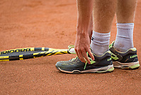 Netherlands, September 27,  2020, Beneden-Leeuwen, TV Lewabo, Competition, Men's premier league, TV Lewabo vs TV Suthwalda, Jesper de Jong (NED)  tieing his shoelace<br /> Photo: Henk Koster/tennisimages.com