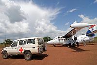 UGANDA Kitgum, vehicle of IRC and small aircraft of Eagle air at airstrip Kitgum  / UGANDA Kitgum, Fahrzeug des Internationales Rotes Kreuz und kleines Flugzeug der Eagle Air auf Sandpiste des Flughafens