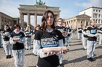 """Aus Protest gegen die industrielle Nutzung von Tieren halten am Dienstag den 25. Maerz 2014 vor dem Brandenburger Tor 100 Menschen 100 tote Huehner, Fische, Ferkel, Gaense und Laemmer in den Haenden.<br />Ziel der Aktion war es, """"zu verdeutlichen, dass Tiere keine Produkte sondern empfindsame Lebewesen mit einem Recht auf Leben sind"""" so die Organisatoren von der Tierrechtsorganisation Animal Equality.<br />Im Bild: Eine Teilnehmerin der Aktion haelt ein totes Ferkel in den Haenden.<br />25.3.2014, Berlin<br />Copyright: Christian-Ditsch.de<br />[Inhaltsveraendernde Manipulation des Fotos nur nach ausdruecklicher Genehmigung des Fotografen. Vereinbarungen ueber Abtretung von Persoenlichkeitsrechten/Model Release der abgebildeten Person/Personen liegen nicht vor. NO MODEL RELEASE! Don't publish without copyright Christian-Ditsch.de, Veroeffentlichung nur mit Fotografennennung, sowie gegen Honorar, MwSt. und Beleg. Konto:, I N G - D i B a, IBAN DE58500105175400192269, BIC INGDDEFFXXX, Kontakt: post@christian-ditsch.de]"""