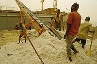 - load of the cotton on a ship under a sandstorm....- imbarco del cotone su una nave sotto una tempesta di sabbia
