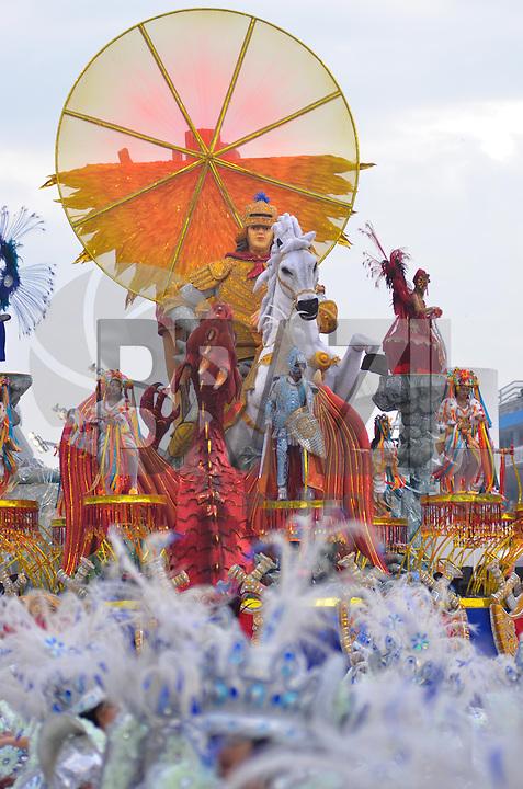 SAO PAULO, SP, 09 FEVEREIRO 2013 - CARNAVAL SP - AGUIA DE OURO  - Integrantes da escola de samba Aguia de Ouro durante desfile no primeiro dia do Grupo Especial no Sambódromo do Anhembi na região norte da capital paulista, na madrugada deste sábado, 09. (FOTO: LEVI BIANCO - BRAZIL PHOTO PRESS).