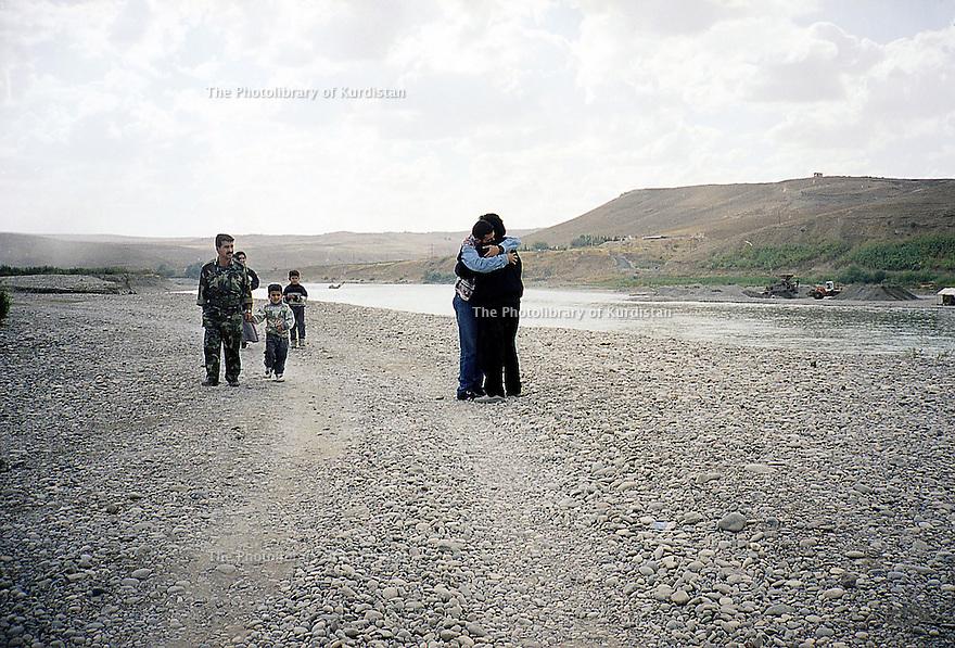 Irak 2000  Le retour de Jafar Hassan , chanteur kurde, dans son pays, son arrivée a Pesh Kabur   Iraq 2000 Jafar Hassan, Kurdish singer, coming back to his homeland after a long exile