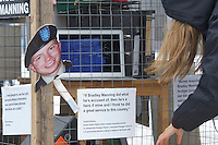 """Kundgebung fuer die Freilassung des US-Soldaten Bradley Manning.<br />Ein """"Bradley Manning Support Network"""" organisierte fuer Samstag den 23. Februar 2013 einen internationalen Aktionstag. In rund 60 Orten in den USA, Kanada, Afrika, Asien, Australien und Europa, darunter auch Berlin.<br />Die Proteste richten sich gegen Mannings lange Untersuchungshaft, die mittlerweile 1000 Tage dauert. Bradley Manning ist wegen der Weitergabe von Kriegsprotokolle aus Afghanistan und Irak an die Enthuellungsplattform Wikileaks angeklagt und ihm droht eine lebenslange Haftstrafe.<br />23.2.2013, Berlin<br />Copyright: Christian-Ditsch.de<br />[Inhaltsveraendernde Manipulation des Fotos nur nach ausdruecklicher Genehmigung des Fotografen. Vereinbarungen ueber Abtretung von Persoenlichkeitsrechten/Model Release der abgebildeten Person/Personen liegen nicht vor. NO MODEL RELEASE! Don't publish without copyright Christian-Ditsch.de, Veroeffentlichung nur mit Fotografennennung, sowie gegen Honorar, MwSt. und Beleg. Konto:, I N G - D i B a, IBAN DE58500105175400192269, BIC INGDDEFFXXX, Kontakt: post@christian-ditsch.de<br />Urhebervermerk wird gemaess Paragraph 13 UHG verlangt.]"""