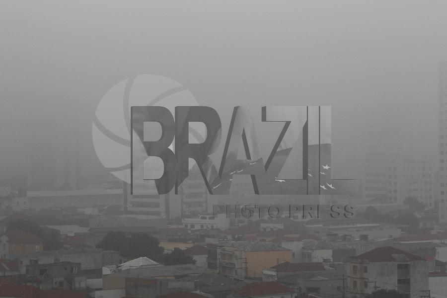 SAO PAULO, SP, 08-04-2014, NEBLINA. A manhã dessa terça-feira (8) começou com muita neblina na região do bairro da Mooca zona leste de São Paulo.          Luiz Guarnieri/ Brazil Photo Press.