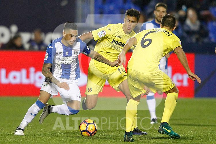 CD Leganes' Luciano Neves (l) and Villarreal CF's Rodri Hernandez (c) and Victor Ruiz during La Liga match. December 3,2016. (ALTERPHOTOS/Acero)