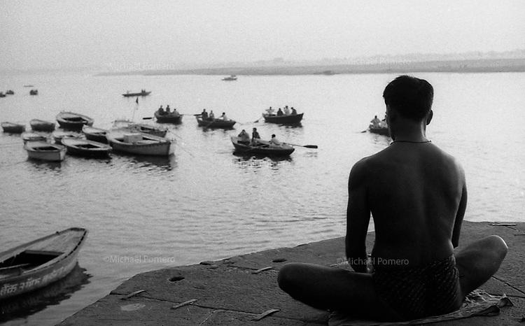 Varanasi (Uttar Pradesh)<br /> <br /> Men meditating at sunrise.<br /> <br /> Homme en train de méditer au levé du soleil.