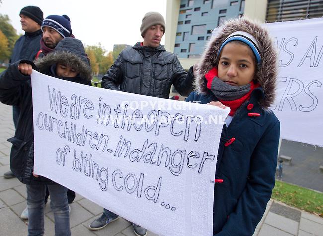 Nijmegen, 121015<br /> Een groep vluchtelingen demonstreerd tegen, onder ander de kou, in kamp Heumensoord. Een barre tocht tijdens de eerste echte koude dag van dit jaar komt uit in de Radboud universiteit waar de groep zich op kan warmen. Onderweg komen ze, bij de universiteit  nog een, door de pers overweldigde, sneeuwpop tegen die chocolademelk uitdeelde aan studenten. <br /> Foto: Sjef Prins - APA Foto