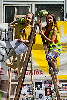 UNGARN, 13.09.2020, Budapest VIII. Bezirk. Im Zeichen des konservativ-autoritaeren Kulturkampfes uebernehmen regierungsnahe Kreise die Theater- und Filmhochschule SzFE. Die Studenten reagieren am 31.08 mit der Besetzung und der Blockade des Gebaeudes. -Strassentheater der StudentInnen. | As part of the conservative-authoritarian Kulturkampf circles close to the government take control of the University of Theatre and Film Arts SzFE. On Aug. 31 the students react by occupying and blocking the building. -Street theatre by the students.<br /> © Martin Fejer/estost.net
