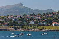 Europe/France/Aquitaine/64/Pyrénées-Atlantiques/Pays-Basque/Ciboure: Vue sur la baie de Saint-Jean-de-Luz et la Corniche basque à Ciboure et en fond la Rhune et les pyrénées basques
