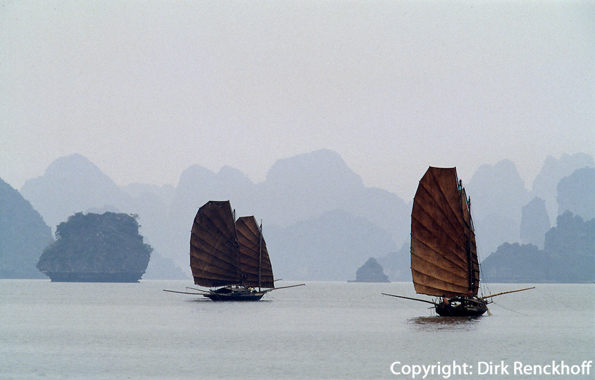 Segelboote in der Halong-Bucht, Vietnam, Unesco-Weltkulturerbe.