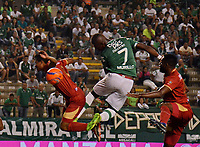 CALI - COLOMBIA -08-04 -2017: Miguel Murillo (Cent.) jugador de Deportivo Cali disputa el balón con Luis Mosquera (Izq.) jugador de Rionegro Aguilas, durante partido de la fecha 12 entre Deportivo Cali y Rionegro Aguilas, por la Liga Aguila I-2017, jugado en el estadio Deportivo Cali (Palmaseca) de la ciudad de Cali. / Miguel Murillo (C) player of Deportivo Cali vies for the ball with Luis Mosquera (L) player of Rionegro Aguilas, during a match of the date 12 between Deportivo Cali and Rionegro Aguilas, for the Liga Aguila I-2017 at the Deportivo Cali (Palmaseca) stadium in Cali city. Photo: VizzorImage  / Nelson Rios / Cont.