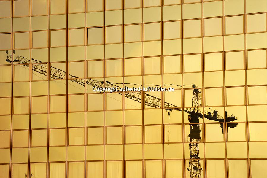Baukran spiegelt sich in Glasfassade: EUROPA, DEUTSCHLAND, HAMBURG, (EUROPE, GERMANY), 27.11.2014:  Baukran spiegelt sich in Glasfassade in Hamburg Hammerbrook, Bau von Buerohaeusern in Hamburg in der City Sued