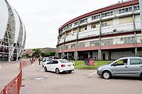 PORTO ALEGRE (RS), 12/02/2021 - VACINA- IDOSOS –  Soldados do Exército auxiliam na movimentação de carros no sistema de Drive-thru para a vacinação contra Covid-19 para idosos entre 85 a 89 anos, no Portão 01, do Gigantinho, no estacionamento do Sport Clube Internacional, em Porto Alegre, nesta sexta-feira (12).
