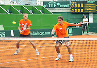 3-3-09,Argentina, Buenos Aires, Daviscup  Argentina-Netherlands, training, Geconsentreerd staan Thiemo de Bakker(l) en Jesse Huta galung in de dubbel aan het net