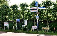 Nederland  - Nieuwersluis - 2020.  Wirwar aan borden langs de weg.  Foto Berlinda van Dam / Hollandse Hoogte