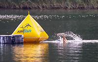 Der spätere, erst 17 Jahre alte Sieger Robin Schüssler (DSW Darmstadt) führte das Feld vom Start weg an und passiert die Wendemarke am Schwimmen in der Badestelle Walldorf - Mörfelden-Walldorf 21.07.2019: 11. MoeWathlon