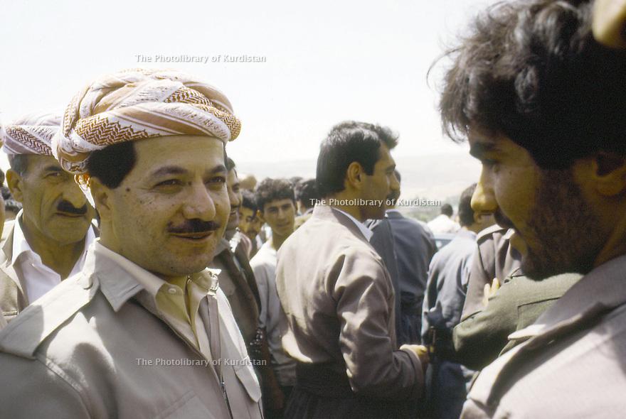 Irak 1991  Au poste de controle de Kore, retour de Bagdad de Masoud Barzani   Iraq 1991  Checkpoint of Kore, Masoud Barzani coming back from Bagdad welcome by peshmerga