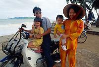 Familie am Strand von  Nha Trang, Vietnam