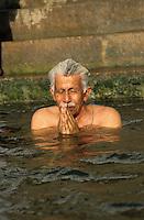 INDIA Varanasi, Hindu priest and water engineer Veer Bhadra Mishra at morning bath at river Ganga , he struggles for cleaning of the holy Ganga river / INDIEN Benares Varanasi Kashi, Hindupriester des Sankat Mocha Tempel und Ingenieur Veer Bhadra Mishra  beim morgendlichen Bad im fuer Hindu heiligen Fluss Ganges, er kaempft fuer die Reinhaltung des Ganges mit einem alternativen Aktionsplan