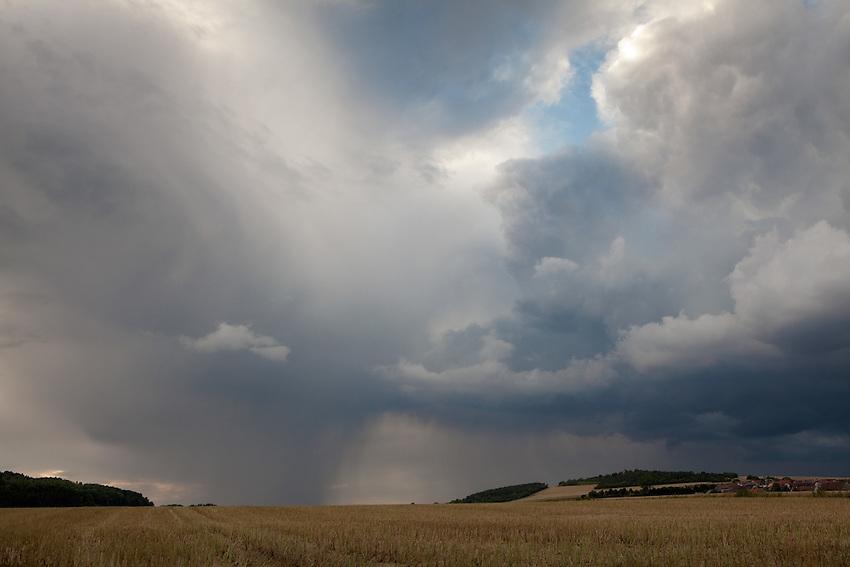 Europa, DEU, Deutschland, Hessen, Haimbach (Fulda), Agrarlandschaft, Feld, Acker, Regenwolken, Wetterfront, Fallboee, Niederschlag, Kategorien und Themen, Natur, Umwelt, Landschaft, Jahreszeiten, Stimmungen, Landschaftsfotografie, Landschaften, Landschaftsphoto, Landschaftsphotographie, Wetter, Himmel, Wolken, Wolkenkunde, Wetterbeobachtung, Wetterelemente, Wetterlage, Wetterkunde, Witterung, Witterungsbedingungen, Wettererscheinungen, Meteorologie, Bauernregeln, Wettervorhersage, Wolkenfotografie, Wetterphaenomene, Wolkenklassifikation, Wolkenbilder, Wolkenfoto<br /> <br /> [Fuer die Nutzung gelten die jeweils gueltigen Allgemeinen Liefer-und Geschaeftsbedingungen. Nutzung nur gegen Verwendungsmeldung und Nachweis. Download der AGB unter http://www.image-box.com oder werden auf Anfrage zugesendet. Freigabe ist vorher erforderlich. Jede Nutzung des Fotos ist honorarpflichtig gemaess derzeit gueltiger MFM Liste - Kontakt, Uwe Schmid-Fotografie, Duisburg, Tel. (+49).2065.677997, ..archiv@image-box.com, www.image-box.com]