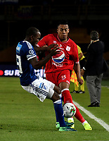 BOGOTÁ - COLOMBIA, 18-01-2019: Eliser Quiñones (Izq.) jugador de Millonarios disputa el balón con Cristian Florez (Der.) jugador de América de Cali, durante partido Millonarios y América de Cali, por el Torneo Fox Sports 2019, jugado en el estadio Nemesio Camacho El Campin de la ciudad de Bogotá. / Eliser Quiñones (L) player of Millonarios vies for the ball with Cristian Florez (R) player of America de Cali, during a match between Millonarios and America de Cali, for the Fox Sports Tournament 2019, played at the Nemesio Camacho El Campin stadium in the city of Bogota. Photo: VizzorImage / Luis Ramírez / Staff.