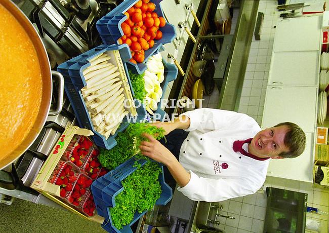 Ellecom , 250500  Foto : Koos Groenewold / APA foto<br />Chefkok Siepko Lutjeboer in de keuken.