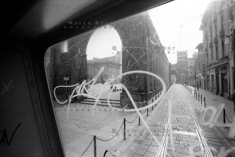 Milano, quartiere Ticinese. Le Colonne di San Lorenzo viste attraverso il finestrino di un tram --- Milan, Ticinese district. Roman Columns of San Lorenzo viewed through the window of a tram