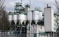 Nederland  Amsterdam -  2020.   Albemarle in Amsterdam Noord. Albemarle Catalysts Amsterdam richt zich op het maken en ontwikkelen van katalysatoren. Deze katalysatoren worden gebruikt voor de productie van fossiele brandstoffen.  Chemische industrie aan de rand van een woonwijk.   Foto : ANP/ HH / Berlinda van Dam