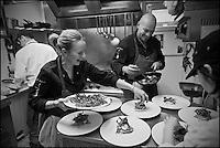 Europe/France/Bretagne/22/Côtes d'Armor/Saint-Brieuc: Jean-Marie Baudic en cuisine dans son restaurant: Youpala Bistrot avec son épouse Juliette [Non destiné à un usage publicitaire - Not intended for an advertising use]