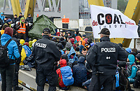 GERMANY, Hamburg , activists of  deCOALonize europe block the Kattwyk bridge near coal power station Moorburg to protest against coal burning and hard coal imports / DEUTSCHLAND, Hamburg, Aktivisten des Buendnis deCOALonize europe blockieren die Kattwyk Bruecke am Kohlekrafttwerk Moorburg aus Protest gegen Kohlekraft und Import Kohle aus fragwürdigen Kohleabbaugebieten in Russland, Kolumbien etc