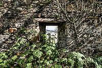 Der Lochcarron Old Burial Grund-Friedhof am Loch Carron in der Ortschaft Lochcarron in den North West Highlands.<br /> 24.5.2015, Lochcarron, Highlands/Schottland<br /> HDR-Bild!<br /> Copyright: Christian-Ditsch.de<br /> [Inhaltsveraendernde Manipulation des Fotos nur nach ausdruecklicher Genehmigung des Fotografen. Vereinbarungen ueber Abtretung von Persoenlichkeitsrechten/Model Release der abgebildeten Person/Personen liegen nicht vor. NO MODEL RELEASE! Nur fuer Redaktionelle Zwecke. Don't publish without copyright Christian-Ditsch.de, Veroeffentlichung nur mit Fotografennennung, sowie gegen Honorar, MwSt. und Beleg. Konto: I N G - D i B a, IBAN DE58500105175400192269, BIC INGDDEFFXXX, Kontakt: post@christian-ditsch.de<br /> Bei der Bearbeitung der Dateiinformationen darf die Urheberkennzeichnung in den EXIF- und  IPTC-Daten nicht entfernt werden, diese sind in digitalen Medien nach §95c UrhG rechtlich geschuetzt. Der Urhebervermerk wird gemaess §13 UrhG verlangt.]