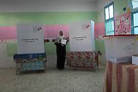 23 ottobre 2011 Tunisi, elezioni libere per l'Assemblea Costituente, le prime della Primavera araba: una donna esce dalla cabina elettorale con la scheda votata in mano, sorridendo.<br /> premieres elections libres en Tunisie octobre <br /> tunisian elections