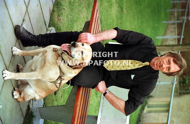 Apeldoorn,18-03-99  Foto:Koos Groenewold (APA)<br />De blinde Wim Stevens met zijn onmisbare viervoeter Dylan.