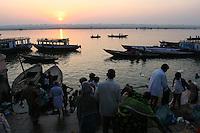25.10.2006 Varanasi(Uttar Pradesh)<br /> <br /> Morning activities on the ghat.<br /> <br /> Activités matinale sur le ghat.