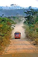 Estrada BR 163, Cuiabá-Santarém, em Mato Grosso. 2001. Foto de Juca Martins.