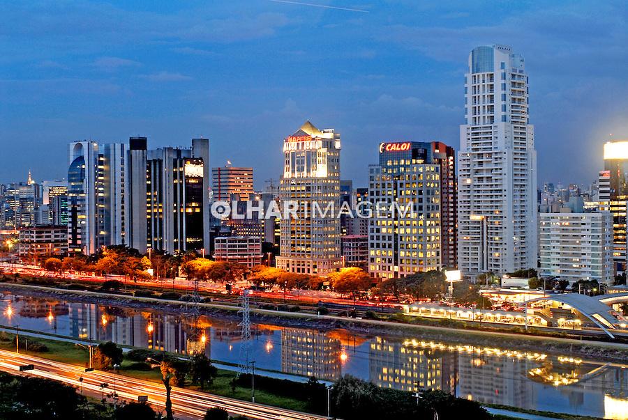 Vista aérea do Rio Pinheiros em São Paulo. 2007. Foto de Ricardo Azoury.