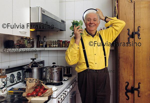 Dario Fo nella cucina della SUA CASA DI mILANO