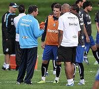 BOGOTA - COLOMBIA - 09-05-2013: Vanderlei Luxemburgo (Izq.), Director Tecnico del Gremio da instrucciones a los jugadores durante entreno en el Centro de Alto Rendimiento en Altura en la ciudad de Bogota, mayo 09 de 2013. Gremio de Brasil se encuentra en Bogota para disputar partido de vuelta de la Copa Bridgestone Libertadores contra el Independiente Santa Fe, el proximo mayo 16 en el estadio Nemesio Camacho el Campin. ( Foto: VizzorImage / Luis Ramirez / Staff). Vanderlei Luxemburgo (L) Head Coach of Gremio gives instrutions to the players during a training in the High Performance Centre in Height in the city of Bogota, May 9, 2013. Gremio of Brazil is in Bogota to play second leg of the Copa Bridgestone Libertadores against Independiente Santa Fe, next May 16 in the stadium Nemesio Camacho el Campin. (Photo: VizzorImage / Luis Ramirez / Staff)
