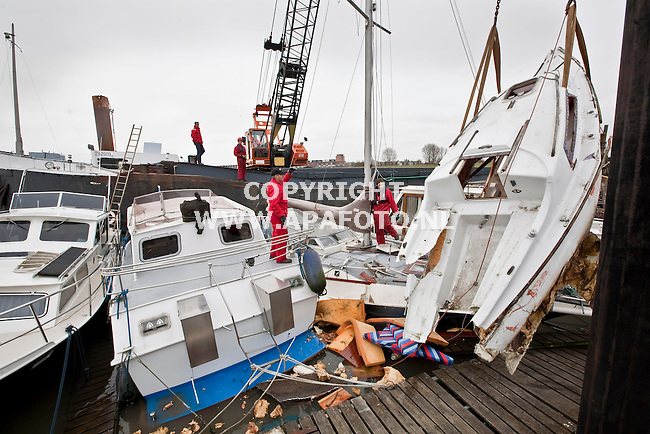 Arnhem, 240209<br /> Ongeveer negen plezierjachten zijn zwaar beschadigd nadat een binnevaartschip ze gisteravond in de haven geramd heeft. Een 'Orion' wordt ertussenuit getakeld zodat de rest weggesleept kan worden. <br /> Foto: Sjef Prins - APA Foto