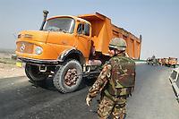 - marines of the S.Marco Battalion control a checkpoint on the freeway near the Nassiriya town....- fanti di marina del battaglione S.Marco presidiano un checkpoint sull'autostrada all'ingresso della città di Nassiriya