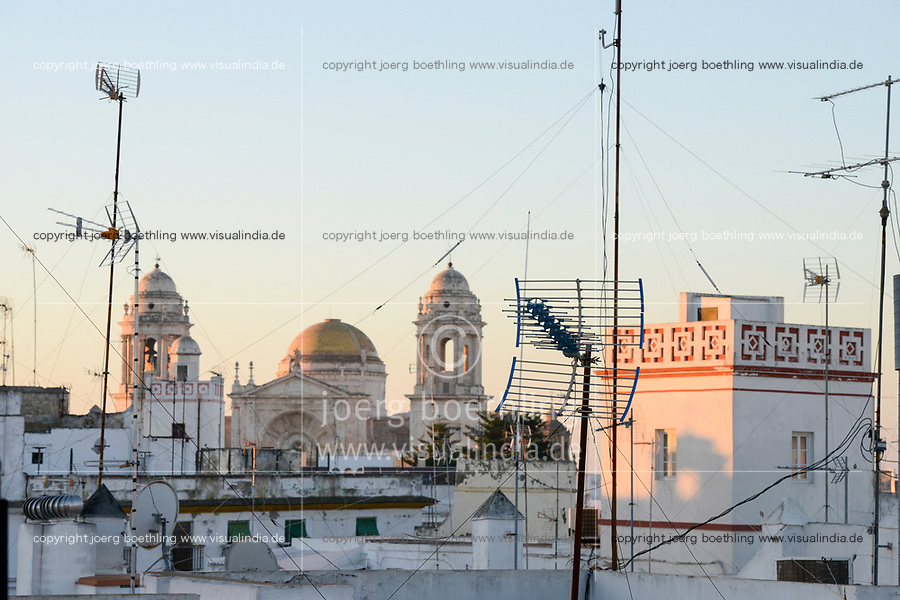 SPAIN, Andalusia, Cadiz, white painted houses and moorish architecture