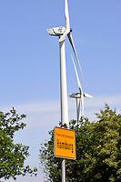 Windkraft in Hamburg: EUROPA, DEUTSCHLAND,HAMBURG, (GERMANY), 14.05.2009: Wind, Windkraft, Windrad, Windmuehlen, Windgeneratoren, Windturbinen, alternative Energie, erneuerbar, Anlage, Windenergie, Windenergieanlage, WEA, Kraftwerk, Windkraftanlage, Windkraftwerk, Wind-Kraftwerk, regenerative Energiequelle, Energiebedarf, Ressourcen, elektrischer Strom, Stromerzeugung, Stromquelle, dezentrale Energieversorgung, Energiegewinnung, kommunal, Wirtschaft, Energiewirtschaft, Elektrizitaet, Industrie, Investition, Umwelt, umweltfreundlich, Umweltpolitik, Landschaft,  Deutschland, Windraeder, Windmuehlen, Elektrizitaet, Freie und Hamsestadt Hamburg, Schild, Zeichen, Anzeiger, Strassenschild, Ortsbezeichnung, Gruene Politik, .c o p y r i g h t : .A U F W I N D - L U F T B I L D E R . de.G e r t r u d - B a e u m e r - S t i e g 1 0 2,.2 1 0 3 5 H a m b u r g , G e r m a n y .P h o n e + 4 9 (0) 1 7 1 - 6 8 6 6 0 6 9.E m a i l H w e i 1 @ a o l . c o m .w w w . a u f w i n d - l u f t b i l d e r . d e.K o n t o : P o s t b a n k H a m b u r g .B l z : 2 0 0 1 0 0 2 0  K o n t o : 5 8 3 6 5 7 2 0 9.C o p y r i g h t n u r f u e r j o u r n a l i s t i s c h Z w e c k e, keine P e r s o e n l i c h ke i t s r e c h t e v o r h a n d e n, V e r o e f f e n t l i c h u n g n u r m i t H o n o r a r n a c h M F M, N a m e n s n e n n u n g u n d B e l e g e x e m p l a r !.