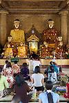 Myanmar, (Burma), Yangon Region, Rangoon: Worshippers at a shrine inside the Shwedagon pagoda | Myanmar (Birma), Yangon-Division, Rangun: Glaeubige beim Gebet in der Shwedagon Pagode